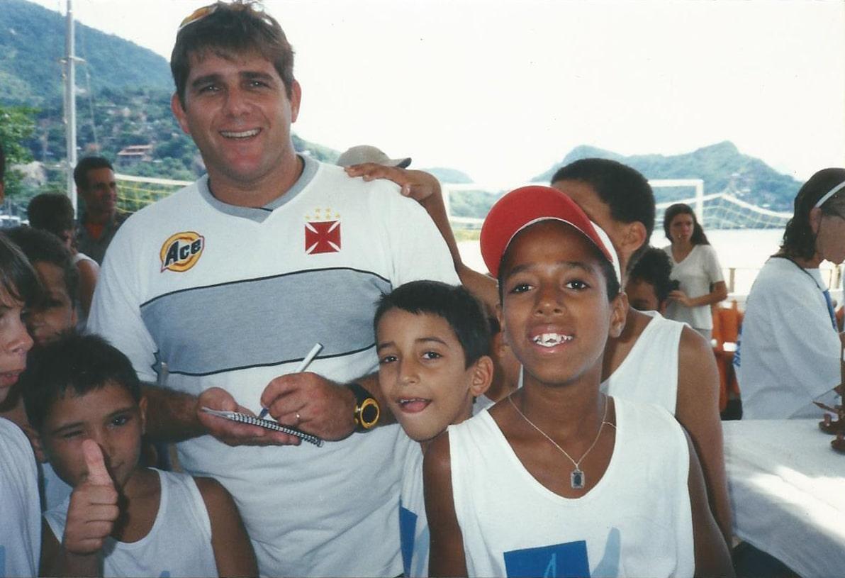 Marcelo Ferreira com alunos do Projeto Grael